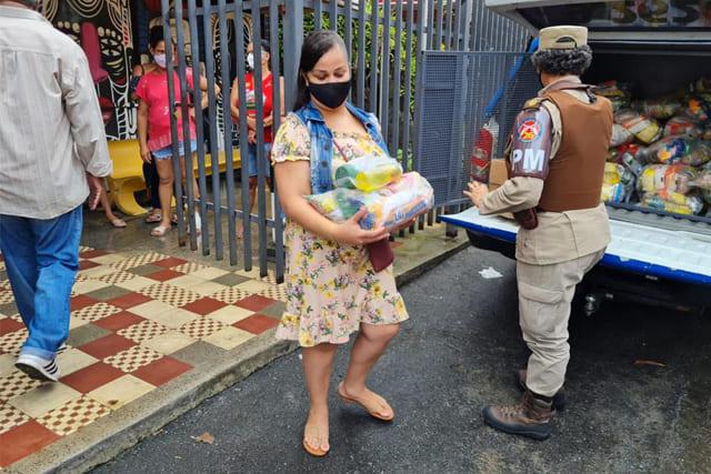 Polícia Militar entrega cestas básicas e kits de higiene em Salvador e interior