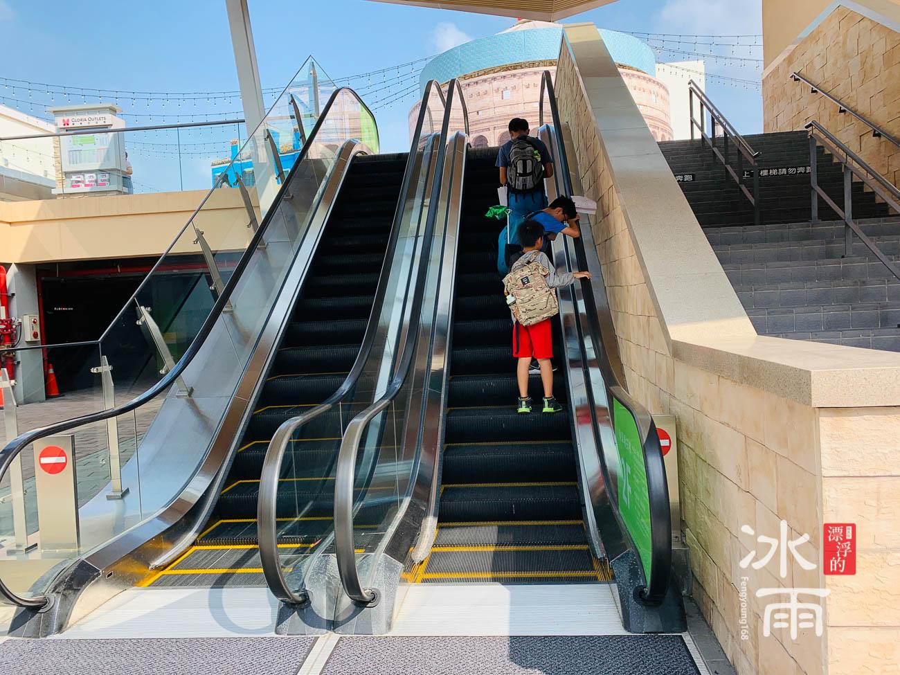 華泰名品城 停車場上二樓手扶梯