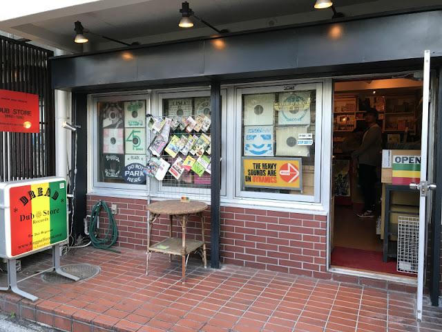 新宿にあるレコードショップ「ダブストア」の店頭写真です。