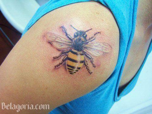 tatuaje de abeja en el hombro