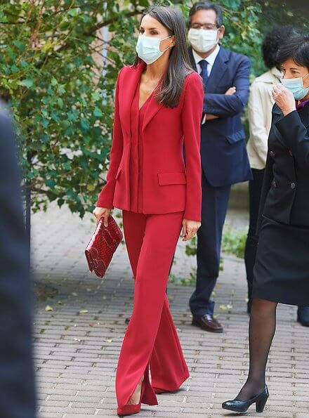 Queen Letizia wore a red suit from Roberto Torretta Fall Winter 2017-2018 collection. She wore red suede pumps from Magrit. Carolina Herrera clutch