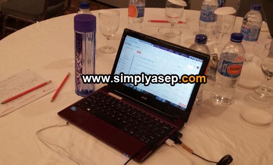 LAMA : Jenis Aspire One AO756-847S Linux Red inilah yang dipakai berdua saat ini.  Foto Asep Haryono