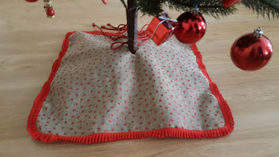 DIY Christmas tree skirt...from a table runner