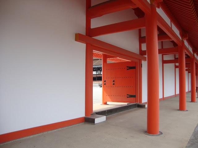 la porta arancione che conduce all'edificio principale