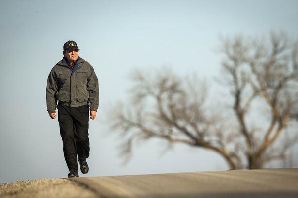 Abuelo camina 35 millas a diario para ayudar a su esposa