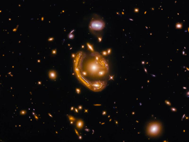 Anéis da Relatividade: Hubble 'caça' fenômenos extraordinários e muito raros