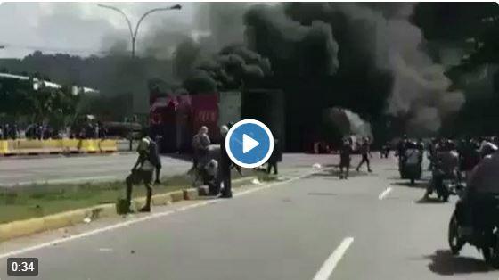 Queman camión frente a La Carlota y tumban las rejas