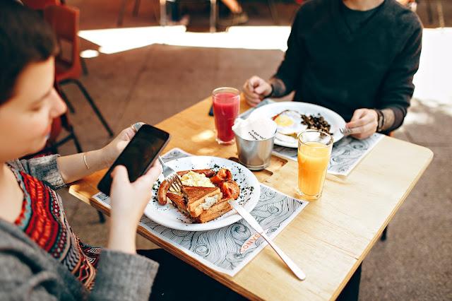 Tại sao đi ăn nên tự trả tiền