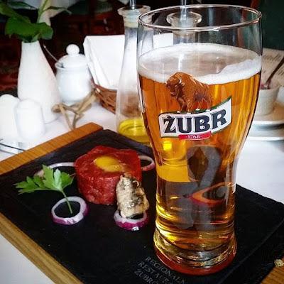 Steak tartar y cerveza Zubr en Bialowieza