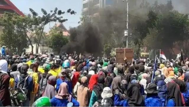 Demo Depan DPRD Sulsel, Ricuh, Mahasiswa Lempari Polisi