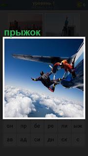 Из самолета выпрыгивают парашютисты, совершая очередной прыжок
