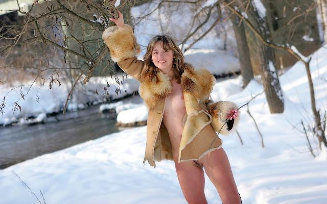 Полуобнаженная, девушка, распахнутая шубка, грудь, тело, пися, стоит, снег, деревья, лес, зима