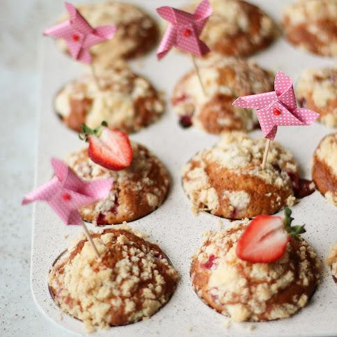 Ekspresowe jaglane muffiny z truskawkami i kruszonką