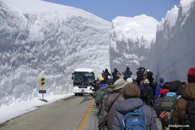 Снежные стены на дорогах Японии