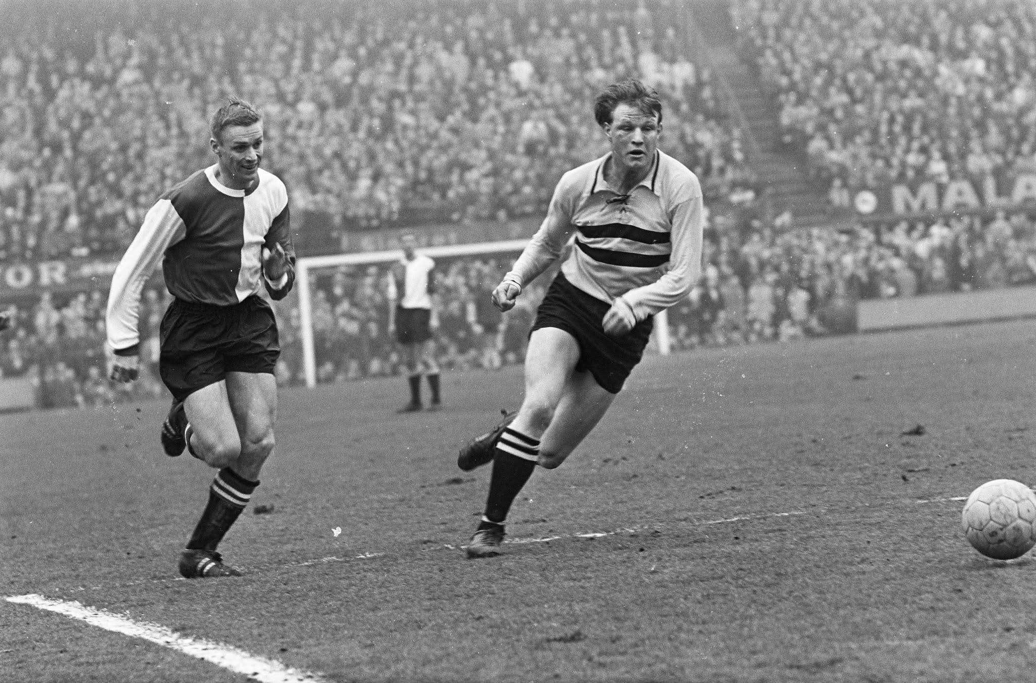 Harry Bild (Feyenoord) in duel met Johan Plagenman (DOS)