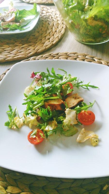 pyszna sałatka z pieczonym kurczakiem w ziołach i słodkiej papryce