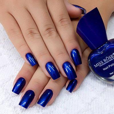 unhas com esmalte azul metalizado