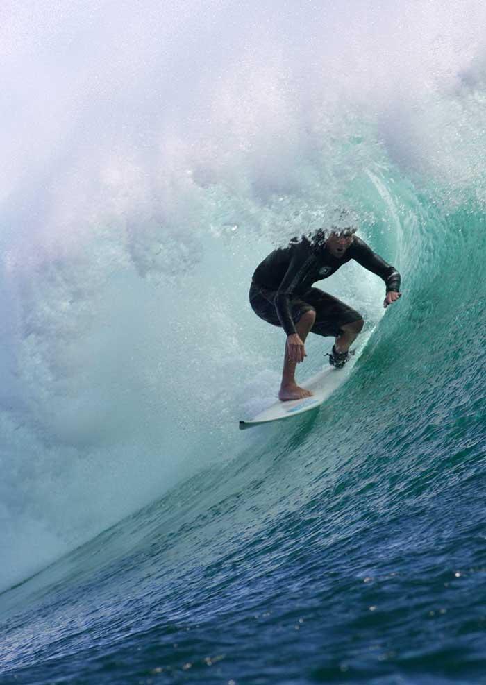 Surfing di Pantai G-land Banyuwangi