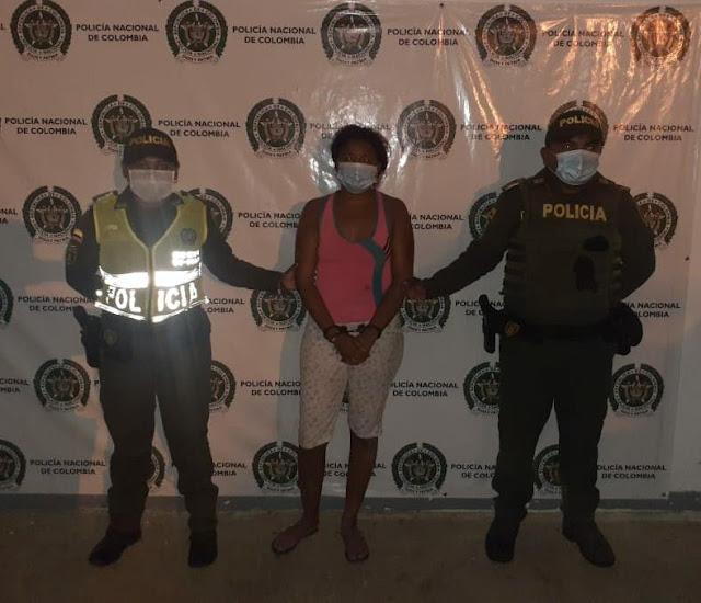 hoyennoticia.com, Mujer en estado de embriaguez hirió a un policía en Uribia