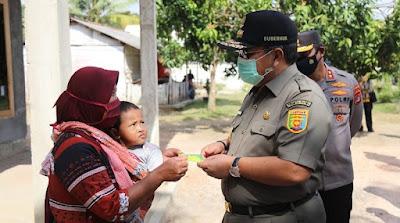 Gubernur Arinal Djunaidi serahkan Bantuan Paket Sembako kepada Warga Tulang Bawang Barat