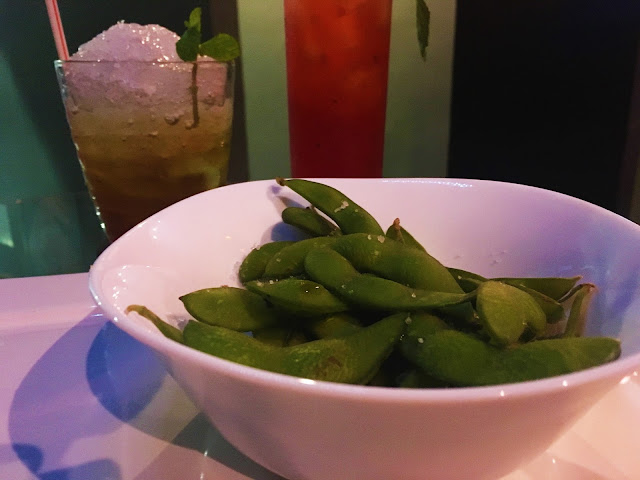 Edamame com Flor de Sal no Red Queen Lounge e Bar