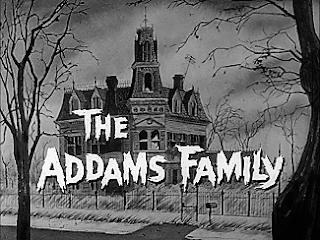 Fotograma con el comienzo de la serie de 1964, The Addams Family. La imagen muestra una antigua mansión y el texto el letras blancas