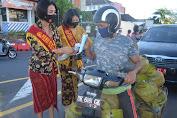 Sambut Hari Kartini, Srikandi Polwan Polres Karangasem Bagikan Masker