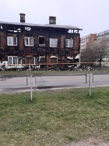 Divstāvu ēka ar apdegušām sienām un jumtu