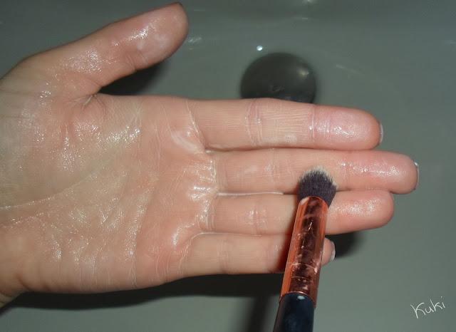 Lavar pincel de maquilhagem com mão