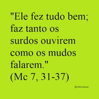 Em fundo verde e letras pretas do tipo Time New Romam, ler-se a frase bíblica: 'Ele fez tudo bem; faz tanto os surdos ouvirem como os mudos falarem.'