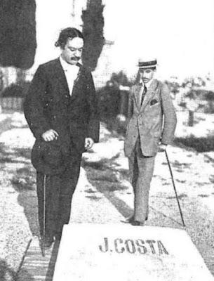 Eugenio Noel (a la izquierda) ante la tumba de Joaquín Costa, fotografía publicada en 1912