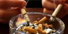 ما هي مخاطر التدخين؟ ربما تكون قد سمعت عن الإحصاءات القاتمة مليون مرة وحتى إذا كنت لا تعرف جميع الأرقام ، فمن المحتمل أنك تعرف أن التدخين ضار بصحتك وله تأثير سلبي على كل عضو في جسمك ، إذ أنه يثير خطر الإصابة بأمراض قاتلة، مثل أمراض القلب ، مرض الانسداد الرئوي المزمن (COPD) وأنواع عديدة من السرطان.  على الرغم من سوء التدخين بالنسبة للشخص العادي ، فإنه أسوأ من ذلك إذا كنت مصابًا بداء السكري ولذا إذا كان لديك بالفعل حالة تؤثر على أجزاء كثيرة من جسمك وعندما تضيف التدخين إلى المزيج ، فإنه يزيد من خطر حدوث مضاعفات صحية أكثر.