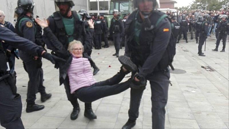 Senhora levada pela polícia