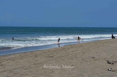 Bermain Surfing di Pantai Kayu Putih