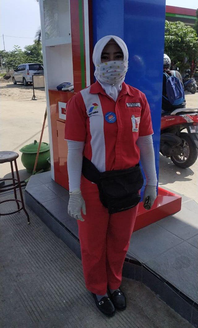 Karyawan PT RBSJ memakai masker untuk mencegah penyebaran Virus Corona (Covid-19