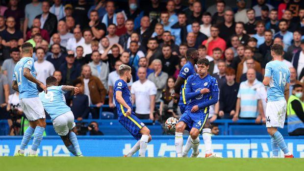 LONDON, ANH - 25 tháng 9: Gabriel Jesus của Manchester City ghi bàn thắng đầu tiên cho đội bóng của anh ấy trong trận đấu Premier League giữa Chelsea và Manchester City tại Stamford Bridge vào ngày 25 tháng 9 năm 2021 ở London, Anh.  (Ảnh của Catherine Ivill / Getty Images)