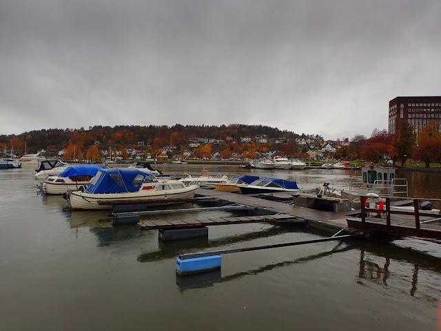 Brzeg morza w Sandefjord (Morze Północne, cieśnina Skagerrak)