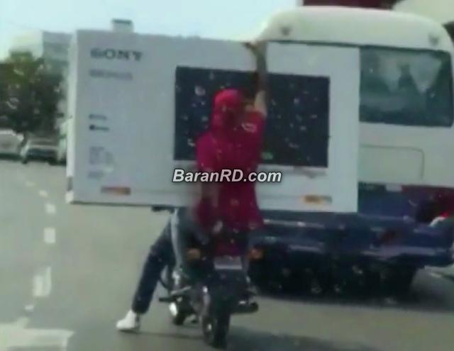 Video: Hombre carga televisor de 75 pulgadas sobre motocicleta en Santo Domingo