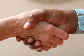 Во Франции призвали отказаться от рукопожатий из-за коронавируса