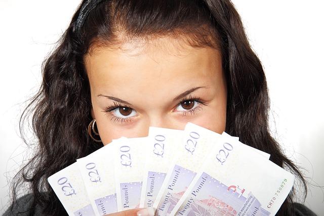 Mujer mostrando dinero