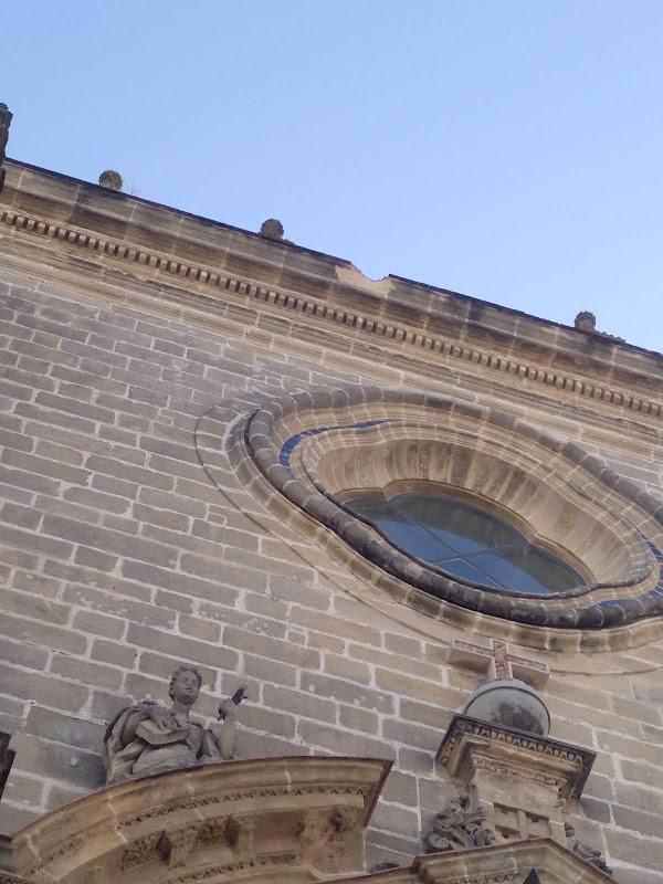 La grúa de González Byass impacta contra la Catedral de Jerez
