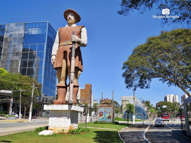 Fotocomposição com a famosa Estátua do Borba Gato e o Monumento que compõe a instalação - Santo Amaro - São Paulo