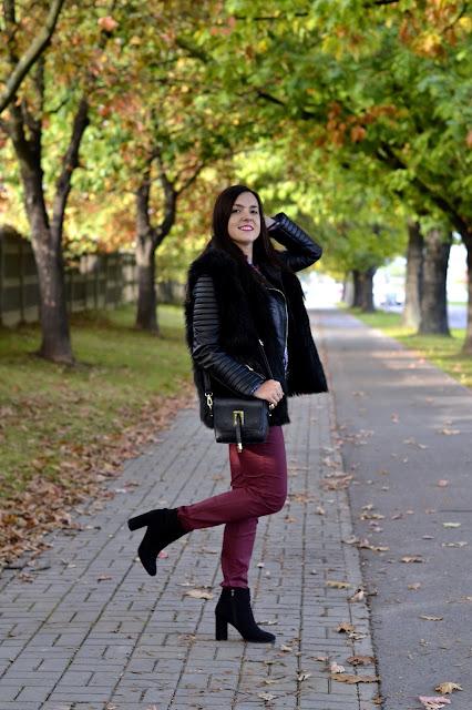 jesienny zestaw, stylizacja na jesień, burgund jesień, burgundowe spodnie, czarne botki