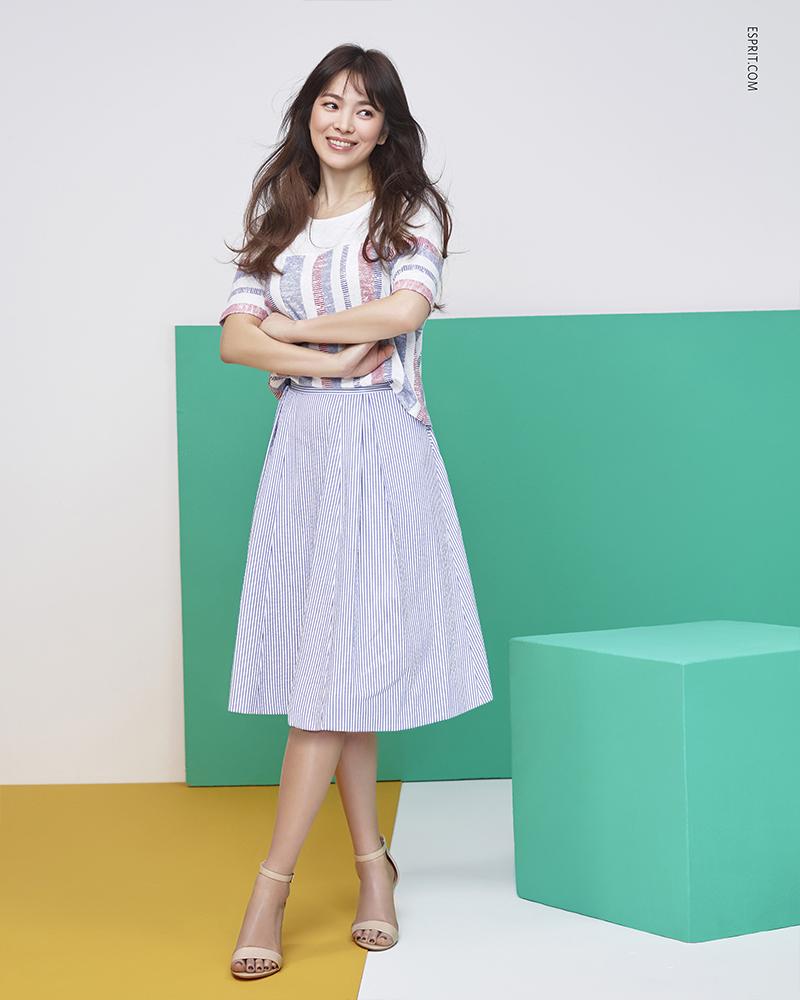 Song Hye-kyo  tampil manis dengan Midi Skirt