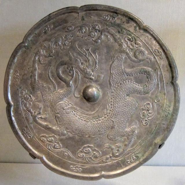 Na China, o método de fabricação de uma liga de bronze é conhecido desde cerca de 2.000 aC