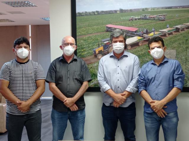 Prefeito Juninho Alves visita empresa de fruticultura para apresentar potencialidades de Caraúbas