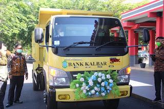 Bupati Sanggau Paolus Hadi Terima Masing-Masing Satu Unit Dump Truck Bantuan CSR Dari Bank Kalbar dan PT DSM