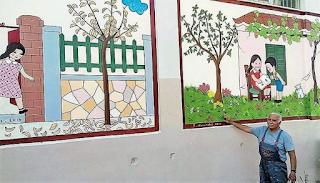 Ένας υπέροχος παππούς ζωγραφίζει το παλιό αλφαβητάρι σε σχολείο της Πάτρας