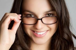 KULIT SEHAT TERAWAT MESKI MENGGUNAKAN KACAMATA Tips Perawatan Wajah untuk Wanita Berkacamata