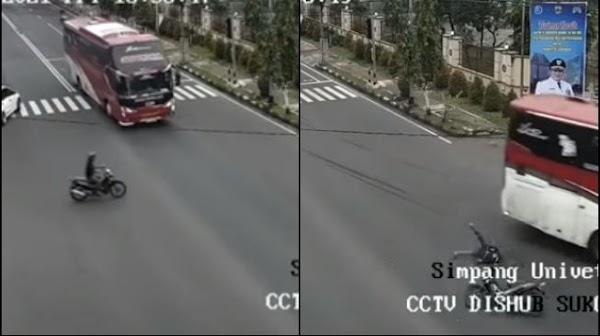 Detik-Detik Motor Disambar Bus tapi Penunggangnya Selamat, Bikin Ngeri